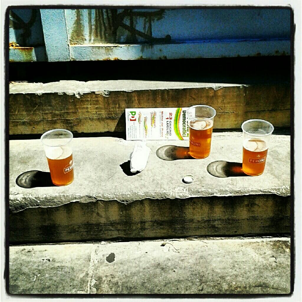 Erano seduti a bersi una birra quando…