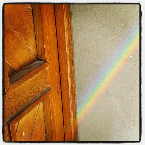 L'arcobaleno sul portone dello studio #colori #rgb