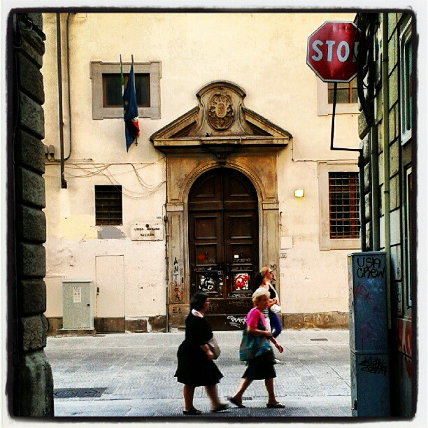 Vanno di fretta per le strade della città di pietra