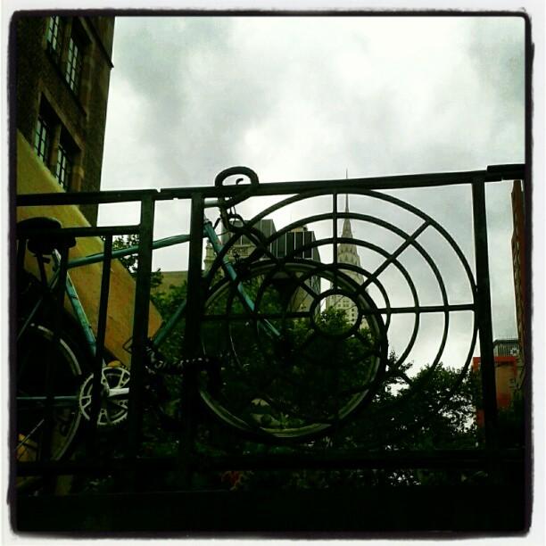 Metropoli, nuvole e #bici