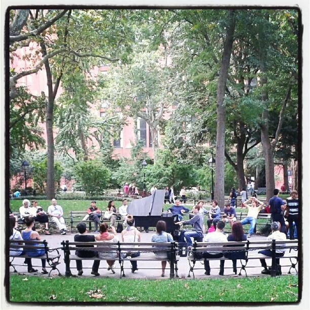 Suonando Chopin al parco in una giornata autunnale
