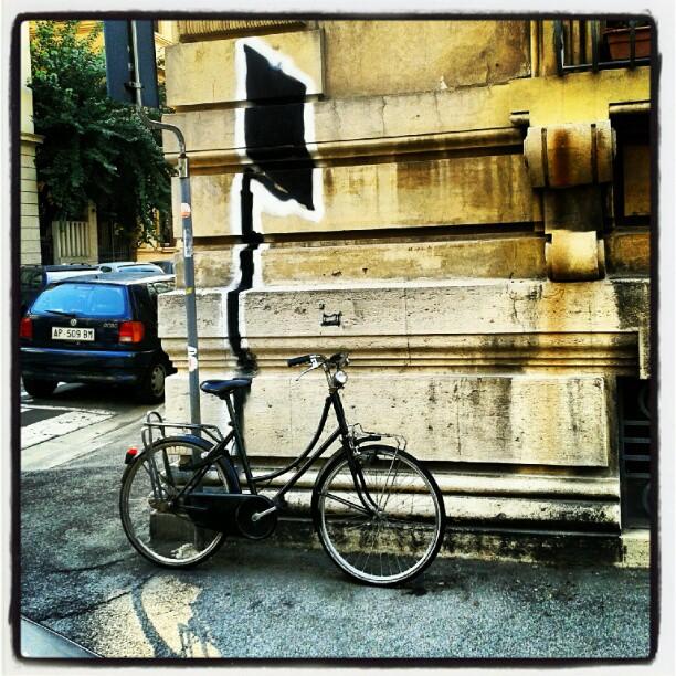 Giochi di ombre tra #streetart e #bici