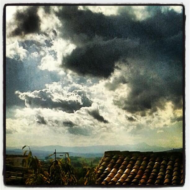 Paesaggio di tetti, nuvole e... sibille! #orizzonti