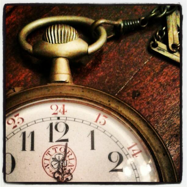 È tradi, è tardi, è tardi... Borbotta il bianconiglio guardando il suo orologio...